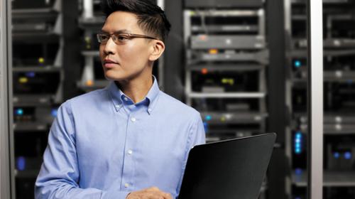 Un uomo che utilizza i servizi cloud per la sua attività