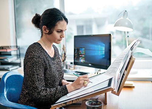 Mujer que dibuja en un escritorio